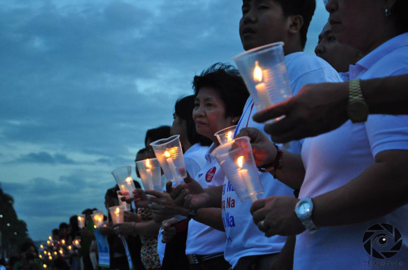 Various groups joined hands and lit candles to commemorate the Maguindanao Massacre. Photo by Thomas Benjamin Roca, UP Aperture