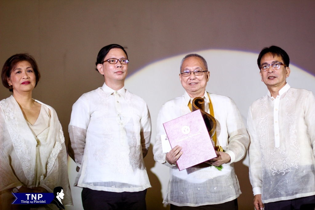 Scriptwriter and novelist Ricky Lee receives the 2015 Gawad Plaridel